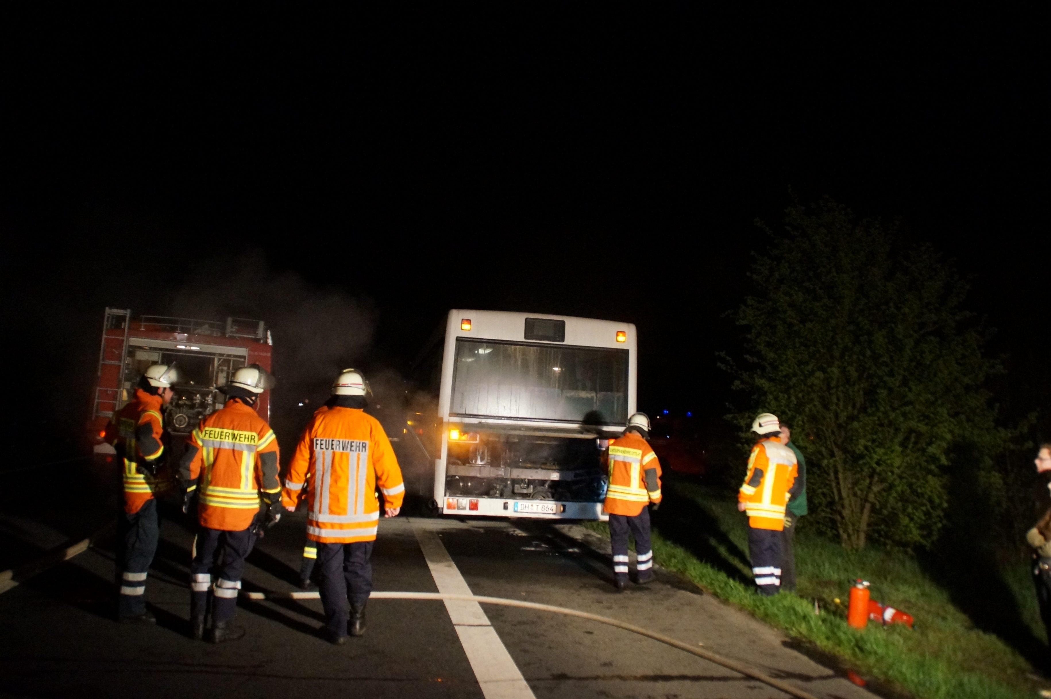 Linienbus brennt an der Seegrabenbrücke