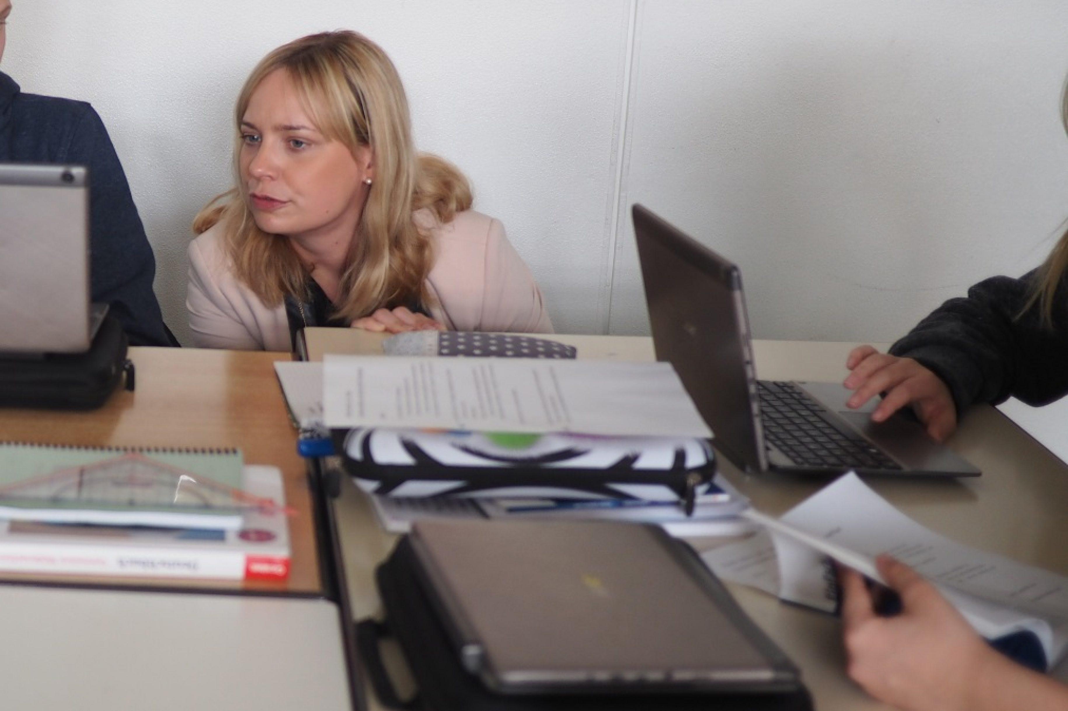 Marja-Liisa Völlers besucht digitalen Unterricht am Ernestinum Gymnasium in Rinteln