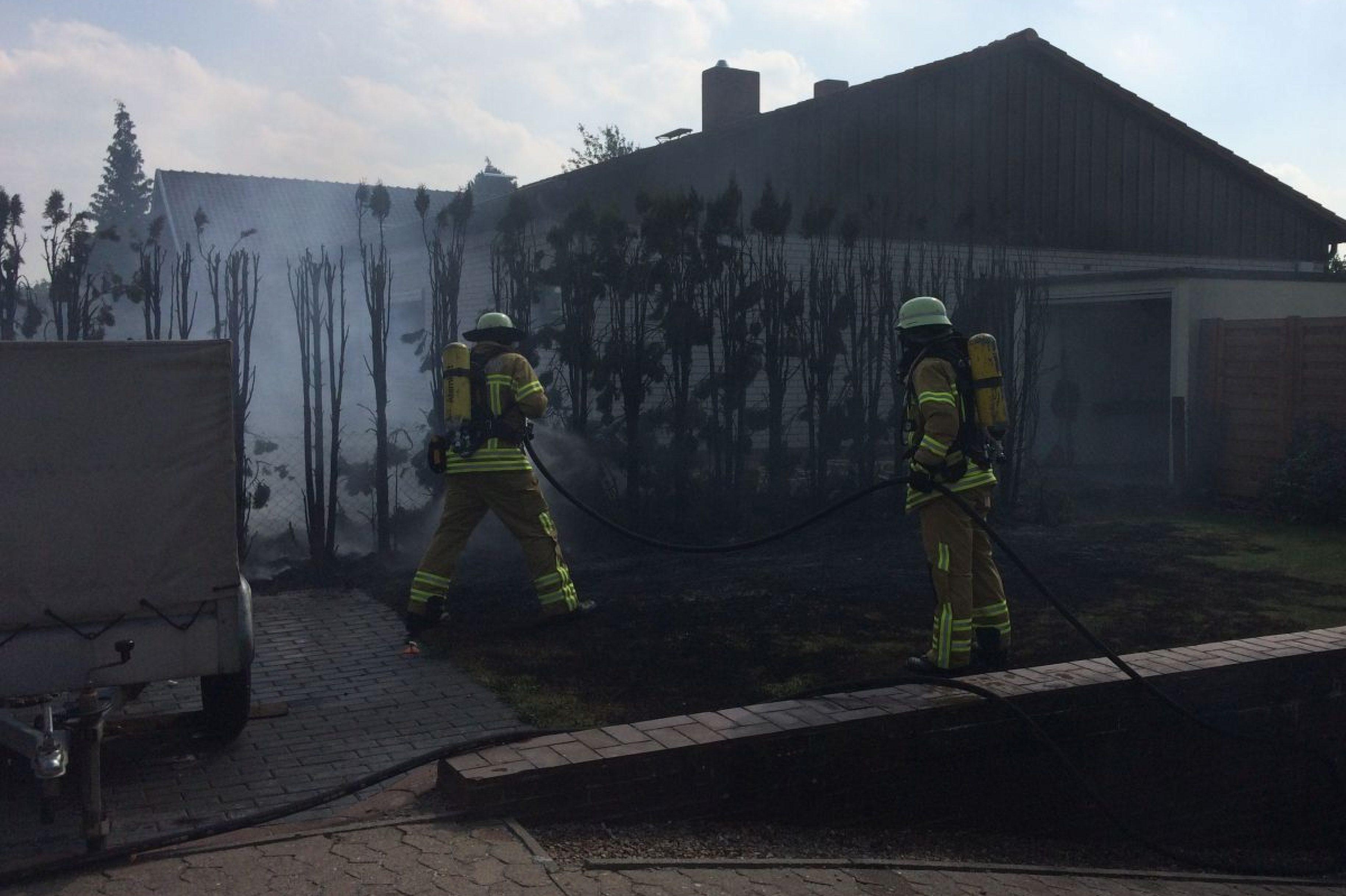 Heckenbrand im Wohngebiet