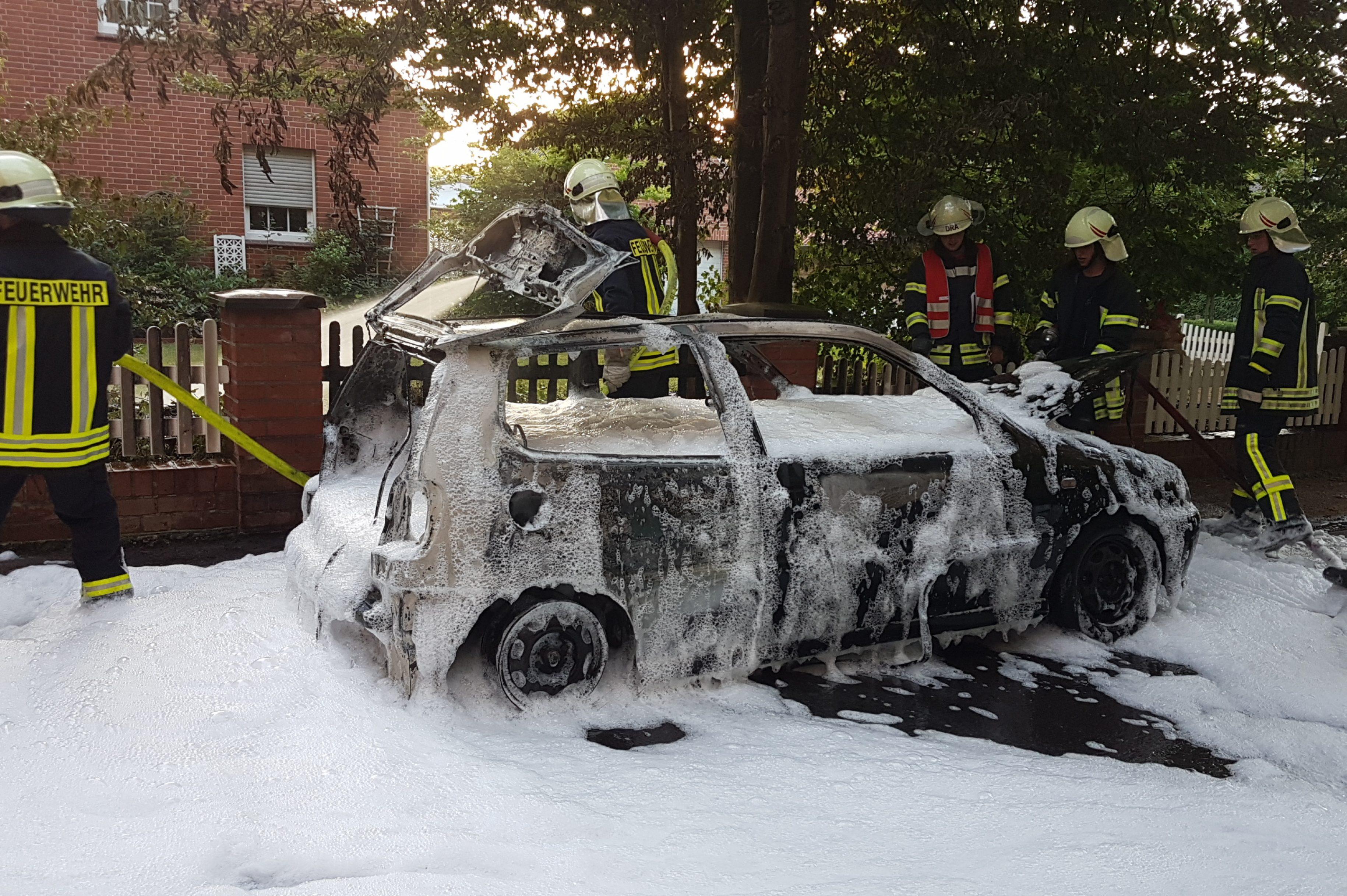 Brennender Kleinwagen am Waldrand in Haßbergen