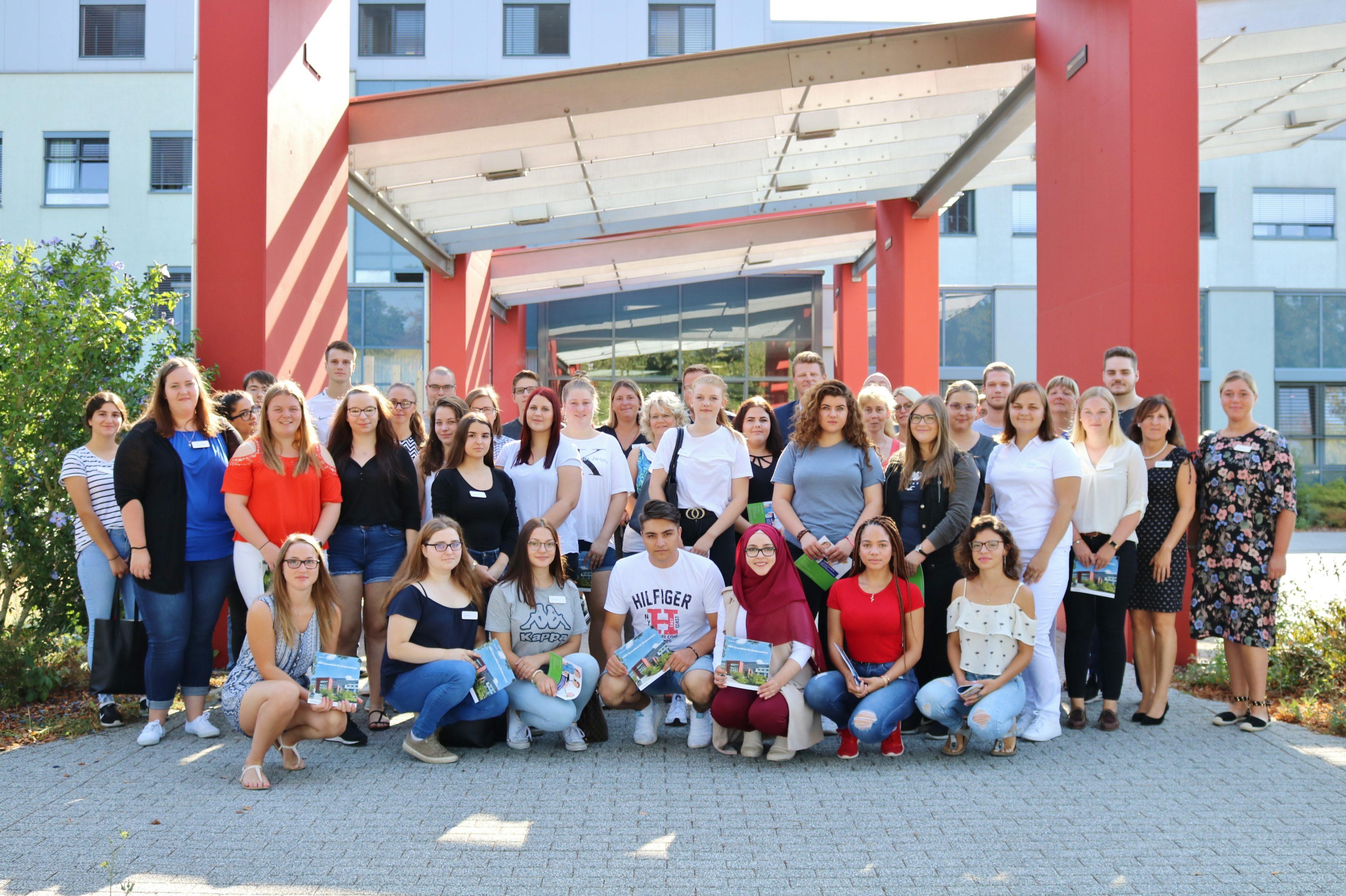 28 Auszubildende starten in den Helios Kliniken Mittelweser